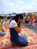 Dame thaïe adorant un temple bouddhiste, Thaïlande. Images libres de droits