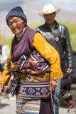 Dame tibétaine priant au monastère de Palkhor à Lhasa Photographie stock libre de droits