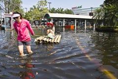 Dame twee koopt voedsel in Vloed Stock Foto