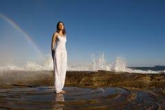 Dame und ein Regenbogen Stockfotos