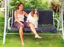 Dame und Hund Stockfoto