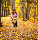 Dame und Hund Autumn Bicycle Path stockfotografie