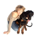 Dame und Hund, die zusammen sitzen Lizenzfreie Stockfotografie