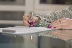 Dame unterzeichnet Vertrag stockfoto