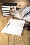 Dame van rechtvaardigheid, Houten & gouden hamer en boeken Stock Fotografie