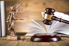 Dame van rechtvaardigheid, Houten & gouden hamer en boeken Stock Afbeelding