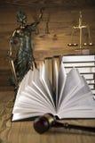 Dame van rechtvaardigheid, Houten & gouden hamer en boeken Royalty-vrije Stock Afbeeldingen