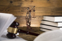 Dame van rechtvaardigheid, Houten & gouden hamer en boeken Royalty-vrije Stock Foto