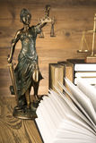 Dame van rechtvaardigheid, Houten & gouden hamer en boeken Stock Foto