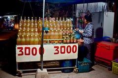 Dame verkopende brandstof door de weg royalty-vrije stock foto