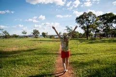 Dame Walking Down een Openluchtsleep royalty-vrije stock foto's