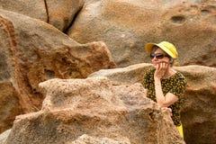 Dame Wearing een Gele Uitrusting bij het Strand royalty-vrije stock afbeelding