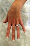 Dame in wit dat trouwring openbaart Royalty-vrije Stock Afbeelding
