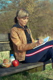 Dame Writing Outdoors Royalty-vrije Stock Foto's