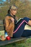 Dame Writing Outdoors stock afbeeldingen