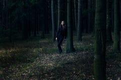 Dame in zwarte in het bos Stock Foto