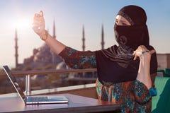 Dame in Zwarte Hijab-Holdingstelefoon royalty-vrije stock afbeeldingen