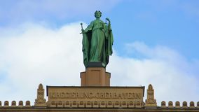DameJustice standbeeld boven op de Hogere Beierse regeringsbouw in München, Duitsland stock videobeelden