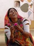 Damekünstler am Kamel angemessen, Jaisalmer, Indien Stockfoto