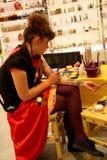 Damekunstenaar van het Kleurrijke Schilderen op een huid of Facepainting met borstel stock foto's