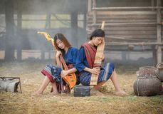 Damemusic beautiful meisjes met een muzikaal instrument royalty-vrije stock afbeeldingen