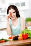 Damen håller tomatsammanträde på tabellen arkivbild