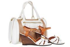 Damen Handtasche und Sommer-Sandalen stockfotografie