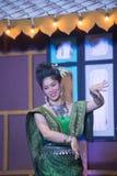Damen i mellersta thai klassiskt dräkt för dansa visar modellen av den traditionella dansen royaltyfri bild