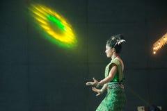 Damen i mellersta thai klassiskt dräkt för dansa visar modellen av den traditionella dansen royaltyfri fotografi