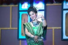 Damen i mellersta thai klassiskt dräkt för dansa visar modellen av den traditionella dansen royaltyfria bilder