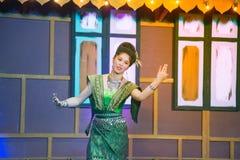 Damen i mellersta thai klassiskt dräkt för dansa visar modellen av den traditionella dansen fotografering för bildbyråer