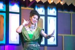 Damen i mellersta thai klassiskt dräkt för dansa visar modellen av den traditionella dansen arkivfoton