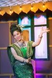 Damen i mellersta thai klassiskt dräkt för dansa visar modellen av den traditionella dansen arkivbilder