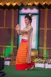 Damen i mellersta thai klassiskt dräkt för dansa visar modellen av den traditionella dansen arkivfoto