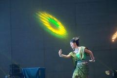 Damen i mellersta thai klassiskt dräkt för dansa visar modellen av den traditionella dansen arkivbild