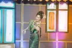Damen i mellersta thai klassiskt dräkt för dansa visar modellen av den traditionella dansen royaltyfria foton