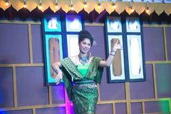 Damen i mellersta thai klassiskt dräkt för dansa visar modellen av den traditionella dansen royaltyfri foto