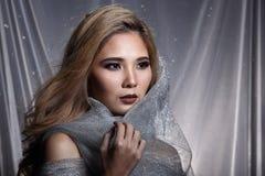 Damen i stjärnabakgrund med förhängegrå färgsilver blänker tygmummel royaltyfri fotografi