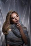 Damen i stjärnabakgrund med förhängegrå färgsilver blänker tygmummel arkivfoton