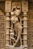 Damen Idol sned på stenen på rajas gemålkivav royaltyfri foto
