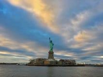 Damen Liberty står bland ett dramatiskt landskap arkivbild