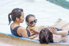 Damen mit einem kleinen Mädchen Lizenzfreie Stockfotografie