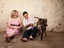 Damen mit lustigem Hund stockfoto