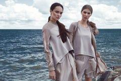 Damen-Mode-Modell Brunette mit zwei Frauen und blondes langes Stockbild