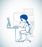 Damen sitter framme av datoren Royaltyfri Fotografi
