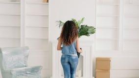 Damen som flyttar den nya lägenheten, animerar hemmiljön