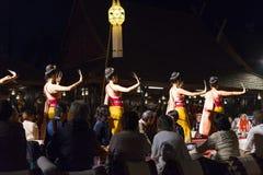 Damen som utför fingret, spikar dans i Chiang Mai, Thailand arkivfoto