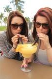 Damen und ihre Margarita stockfotos