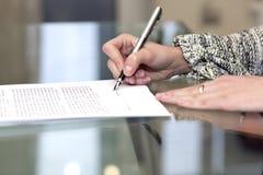 Damen undertecknar avtalet Arkivfoton