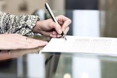 Damen undertecknar avtalet Royaltyfri Bild